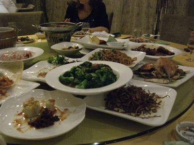 テーブルに乗り切らない料理.jpg